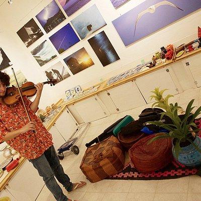 La galleria d'arte di Mannaraò con un ospite d'eccezione, il violinista portoghese Joao SIlva