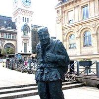 statue du chinois  et gare de Lyon au fond