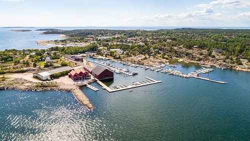 St Peter's Restaurant holder til i Øyenkilen ved Marnet Marina, med en flott utsikt over havet og landskapet.