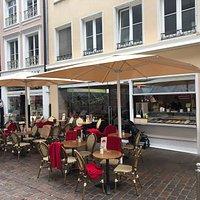Mit neuen Schirmen und neuer Markise wird die Terrasse nochmals aufgewertet.