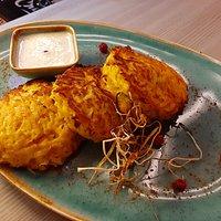 Деруны с куриным филе и сырным соусом