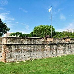 Die trutzigen Mauern des Fort Cornwallis in Georgetown auf Penang, Malaysia