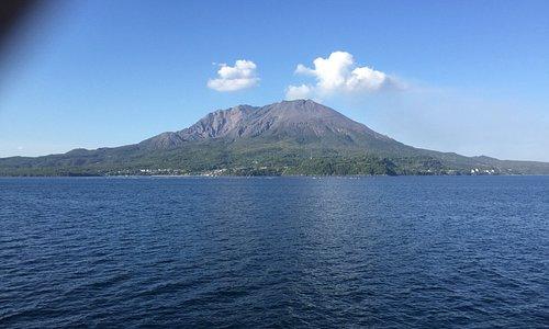 フェリーから眺める桜島です。迫力満点で良いお天気にも恵まれていました
