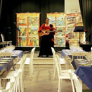 Cantunera fucina culturale, teatro di Palermo, offre al turista spettacoli di musica folk e cantautorato dialettale contemporaneo, inoltre organizza le passeggiate teatralizzate nel centro storico di Palermo con la cantastorie e cantautrice Sara Cappello, alla scoperta delle storie, delle leggende, dei tesori di questa città.