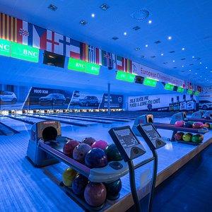 Či už hráte bowling profesionálne alebo sa chcete zabaviť s priateľmi, máme pre Vás pripravených 16 najmodernejších profesionálnych bowlingových dráh značky Brunswick.
