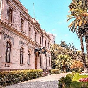 O Palacio Cousiño é um palácio que foi projetado e construído para Isidora Goyenechea, viúva de Luis Cousiño, que por sua vez era filho de Matías Cousiño.  Funciona todos os dias da semana excepto na segunda-feira. As visitas são guias e não pode tirar fotos da parte interna.