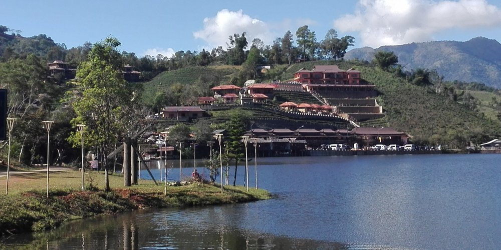 Lee Wine Ruk Thai Resort Ban Rak Thai in  Mae Hong Son province. It's a small village of Yunnan ethnic group. I's located in a mountain area which is about 1'800m close to the border of Myanmar. It is famous for its tea plantations. You can eat Yunnan delicious food in several restaurant.