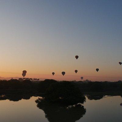 日の出に合わせて飛び立つ熱気球