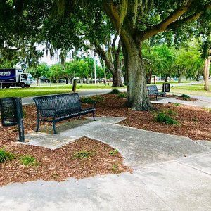 There are lots of sitting areas - mostly under giant Live Oaks