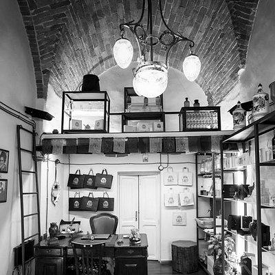"""Una profumeria selettiva, un atelier nascosto ma che appena superi l'uscio, ti accorgi di entrare in un luogo incantato: intrecci alchemici, fragranze penetranti, evocative, una fusione tra estetica e spiritualità"""""""