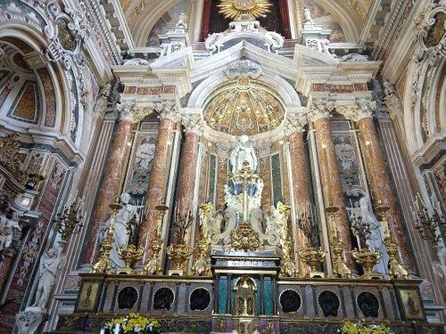 Altar-mor da Igreja de Jesus Novo em Nápoles, com as estátuas de São Pedro, São Paulo e Altíssima Conceição