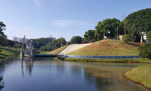 Devido a topografia do terreno, é possível avistar o parque e a cidade em seu entorno de diferentes modos.