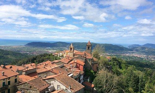 A sinistra la toscana, a Destra la Liguria. Un panorama stupendo!