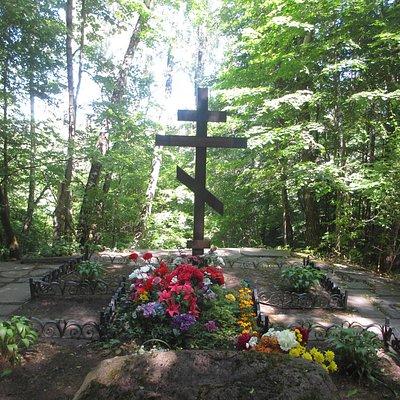 Могила  Паустовского находится на самой окраине погоста.