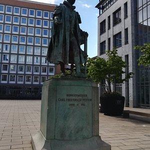 Памятник бургомистру Карлу Фридриху Петерсену (Carl Friedrich Petersen), Гамбург, май