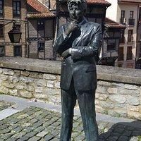 Estatua de Ken Follett, enfrente del Centro de Visitantes de la Catedral de Santa María de Vitoria.