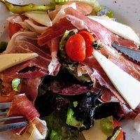 Assiette basque en entrée. Très copieuse.