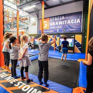 Valo Jump to jedyne w Europie interaktywne Trampoliny z Grami Komputerowymi. Można na nich fizycznie skakać a monitory skanują obraz naszej osoby i przenoszą nas do świata wirtualnego. Atrakcja jest w cenie biletu i nie wymaga dodatkowej opłaty