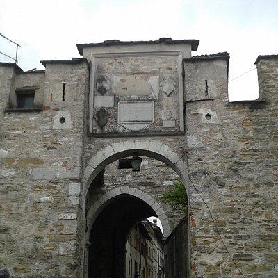 L'antica Porta Aurea, oggi detta Oria, vista da via Borgo Ruga