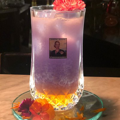 ✌️🔸SAINT EVITA🔸✌️ The story tells that Eva Perón was an important woman in Argentina and the world. She was sometimes loved and sometimes hated.But now, everyone will love this signature cocktail.The recipe contains:🔸Grey Goose Blue Vodka🔸Sake Honjirushi Daiginjo🔸Jazmine syrup🔸Almond milk🔸Acerola cherry soda