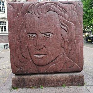 """Denkmal Johannes Brahms (монумент Иоганнесу Брамсу) около Концертного зала """"Laeiszhalle"""", май."""