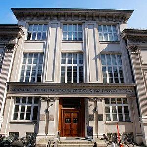 Żydowski Instytut Historyczny mieści się w budynku dawnej Głównej Biblioteki Judaistycznej z 1936 roku przy ul. Tłomackie 3/5.