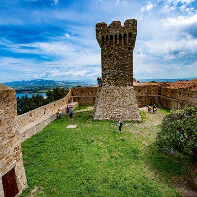 La Torre medievale e Rocca degli Appiani al Castello di Populonia.