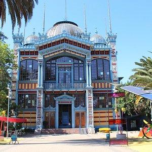 Frontis Museo Artequin, aparece también parte de la Plaza de la Luz y el Arte Enel, espacio con vida de día y de noche.
