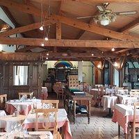 Vue du restaurant, la terrasse est sur la droite, elle est fermée et couverte .