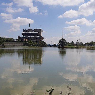 Vista do lago e do prédio da Prefeitura