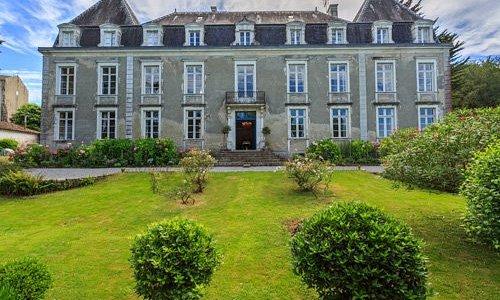 La façade du château d'Estrac et le parc de devant dominant la vallée des Gaves réunis.