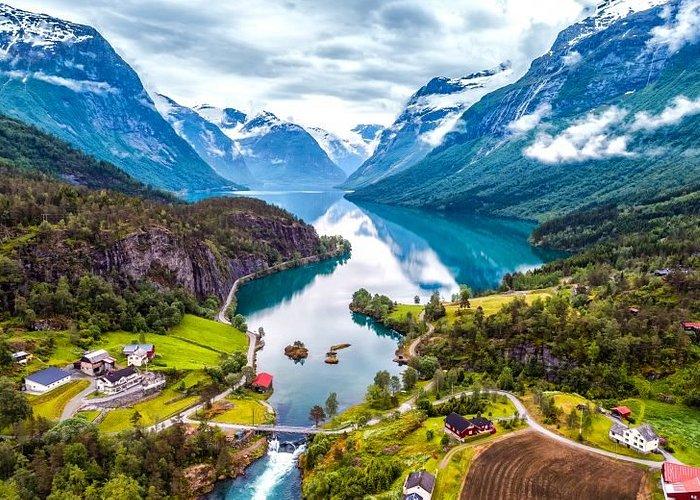 A Noruega, fica no norte da Europa, e é o berço de uma natureza espetacular, com enormes fiordes (golfos estreitos e profundos), montanhas, uma extensa costa litorânea, quedas de água e glaciares. Além disso, no norte do país ocorre a aurora boreal e o sol da meia-noite, que impressionam por suas luzes e cores.