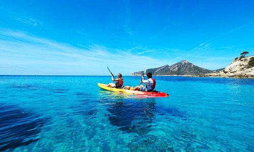Las excursiones en kayak por la bahía de Sant Elm te permiten disfrutar de los rincones más bonitos y bañarte en las azules y cristalinas aguas de su costa.