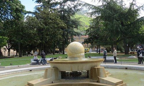 Una sfera che si sostiene e ruota grazie alla pressione generata dall'acqua...