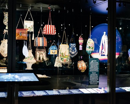 The Museum of Bags and Purses has an impressive collection consisting of more than 5000 bags. Every bag tells its own story about fashion, design, craftsmanship and techniques from the 16th until the present century.