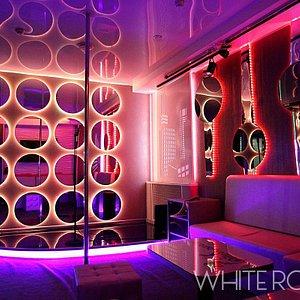 White room (karaoke club Piterparty) This room fits up to 10 people. Saint-Petersburg, 35/1 Bogatyrskiy prospekt.