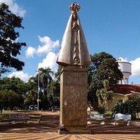 Dois grandes monumentos foram doados por Adélio Sarro para a comunidade católica e estão localizados na praça da paróquia São Sebastião