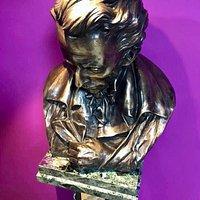 Questo è il busto in bronzo che impreziosisce gli spazi della nostra Biblioteca Sociale intitolata a Giacomo Leopardi.