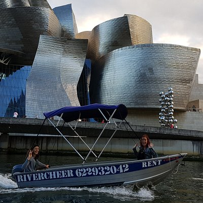 Lancha RiverCheer navegando frente al Museo Guggenheim Bilbao.