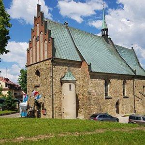 widok ogólny kościoła, z boku wieżyczka schodowa