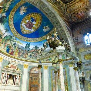 Gli affreschi della zona absidale
