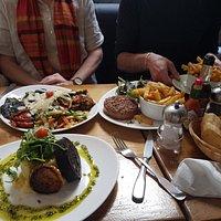 Assiette végétarienne, tartare de boeuf, boudin noir