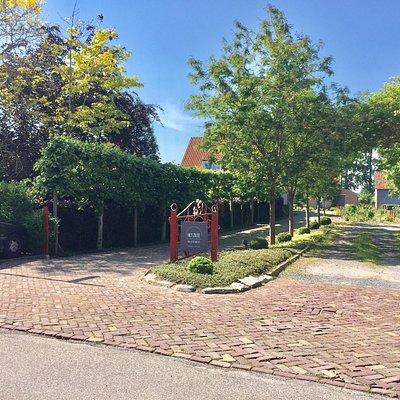 De Sluissestraat ligt op een dijk en is een mooie wandeling waard langs typische gerestaureerde kleine woningen