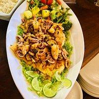 Um dos nossos pratos chefes, servindo até 3 pessoas MIX de frutos do mar a provençal e filés grandes de peixe Cavala... Você nunca mais vai esquecer!