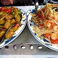 Links: Inktvis met currysaus en rechts: Chinese garnalen met groenten.