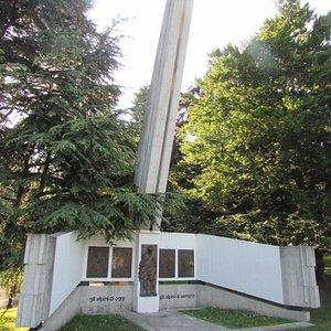 monumento agli alpini nella villa