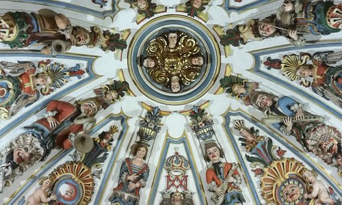 Bóveda con las yeserías barrocas.