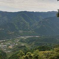 十丁石付近の休憩ポイントから山麓の里を流れる那賀川とその向こうに太龍寺のある太龍寺山が一望できます