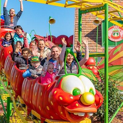 Die Familien-Raupenbahn ist die neueste Attraktion im Erlebnis-Dorf Rövershagen.