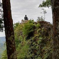 舎心嶽の岩上で弘法大師が背中を向け修行されています